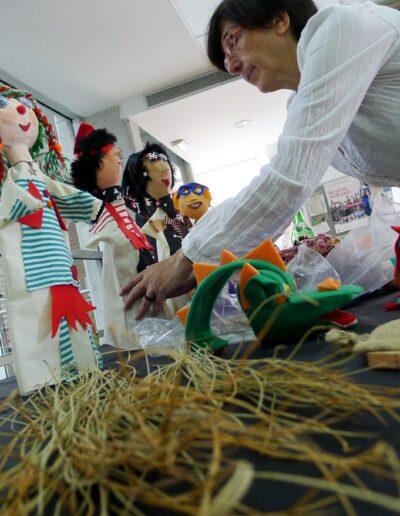 colocando mis marionetas en exposición