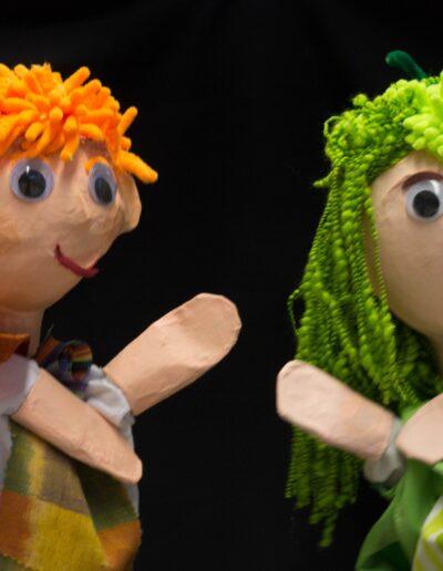 2 marionetas en el escenario
