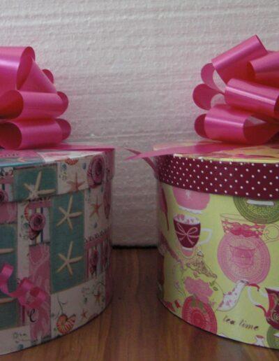 cajas con lazo de regalo contienen marionetas artesanales de regalo